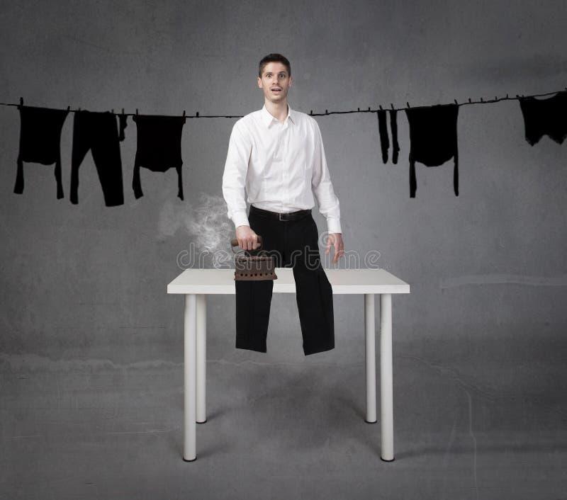 Mens grappige het strijken kleren royalty-vrije stock afbeeldingen