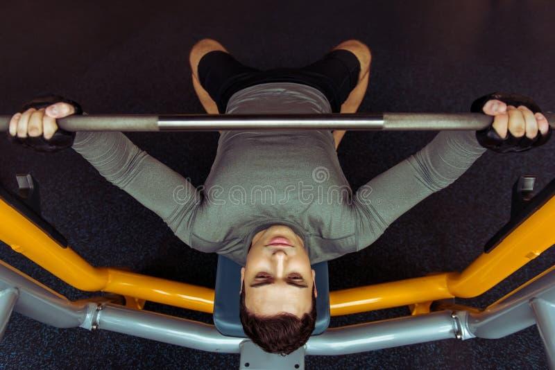 Mens in gymnastiek royalty-vrije stock fotografie