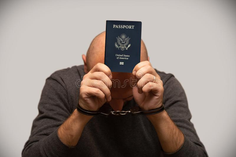 Mens in handcuffs met Amerikaans paspoort royalty-vrije stock fotografie