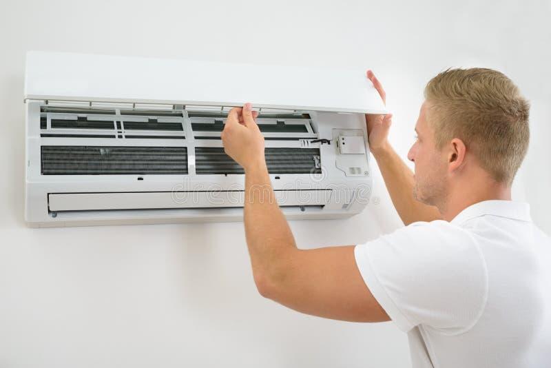 Mens het aanpassen airconditioningssysteem royalty-vrije stock foto's