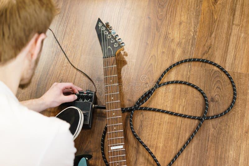 Mens het aanpassen het pedaal van gitaargevolgen royalty-vrije stock foto