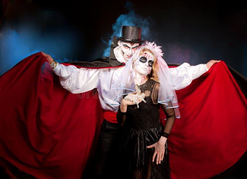 Mens het andwoman dragen als vampier en heks. Halloween royalty-vrije stock foto