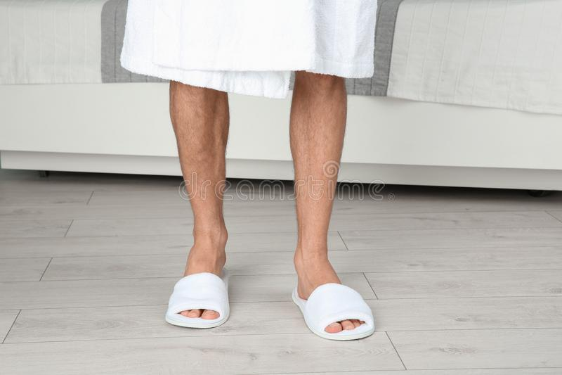 Mens in het baden van pantoffels royalty-vrije stock foto's