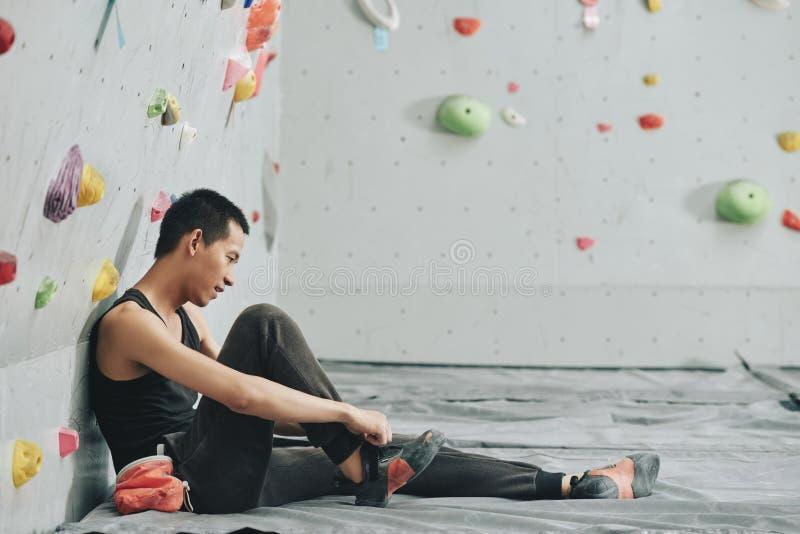 Mens in het beklimmen van gymnastiekzitting op vloer royalty-vrije stock fotografie