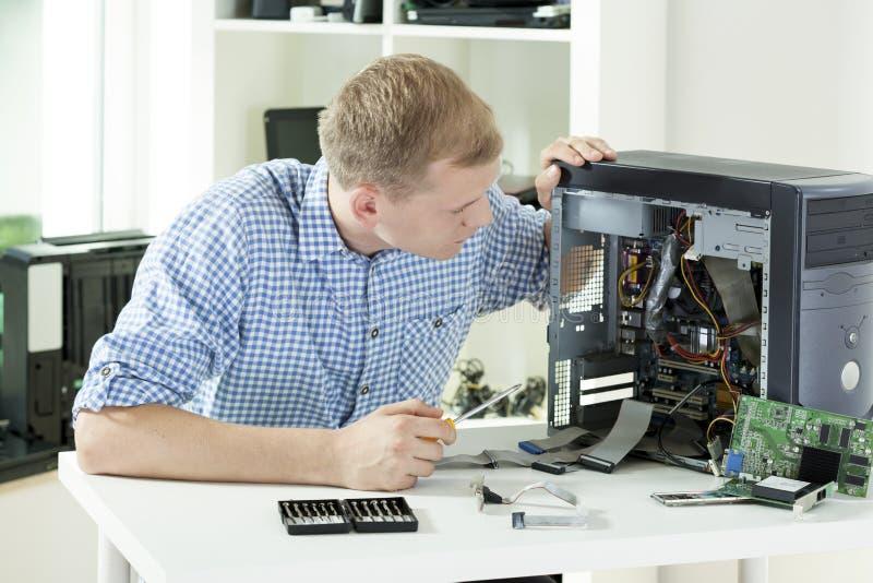 Mens het bevestigen computer stock afbeelding