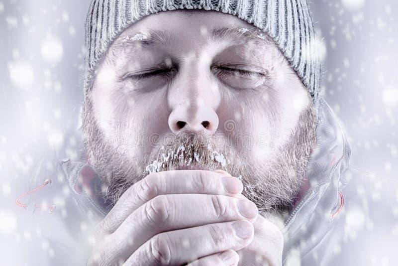 Mens het bevriezen in het wit van het sneeuwonweer uit dicht omhoog royalty-vrije stock afbeeldingen