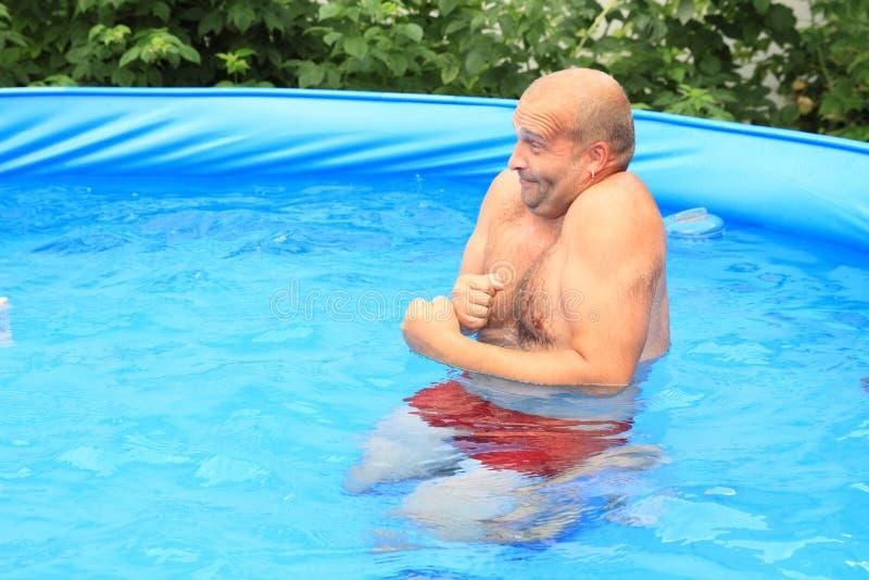 Mens het bevriezen in pool stock foto's