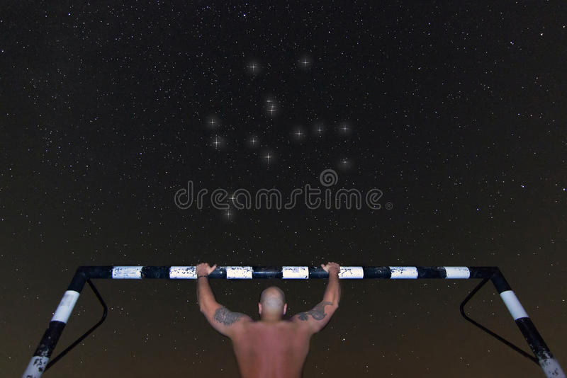 Mens het doen trekt onder sterrige nacht uit Donkere nacht die Hercules Constellation opleiden stock afbeelding