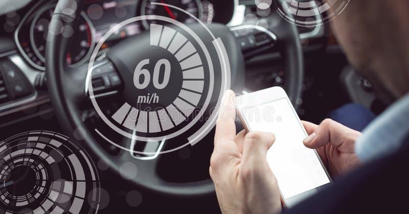 Mens het drijven in auto met hoofden op vertoningsinterface en telefoon royalty-vrije stock afbeeldingen