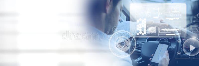 Mens het drijven in auto met hoofden op vertoningsinterface en telefoon en overgang stock foto
