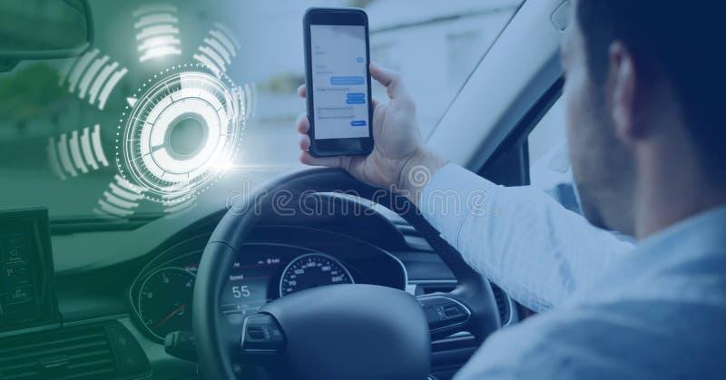 Mens het drijven in auto met hoofden op vertoningsinterface op telefoon royalty-vrije stock fotografie