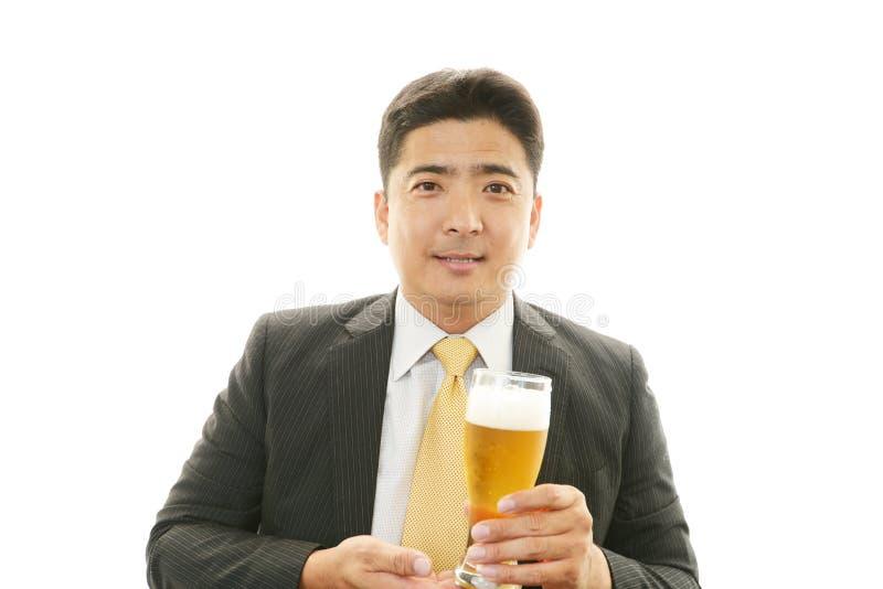 Mens het drinken bier stock fotografie