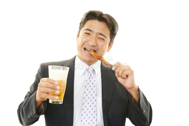 Mens het drinken bier stock afbeeldingen