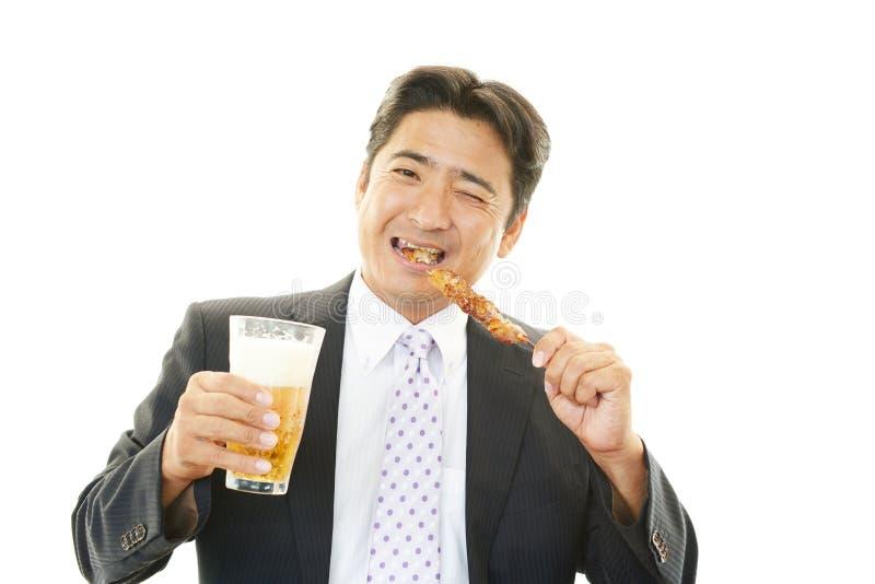 Mens het drinken bier stock foto's