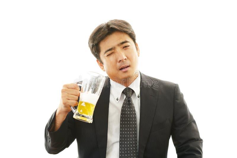 Mens het drinken bier royalty-vrije stock fotografie