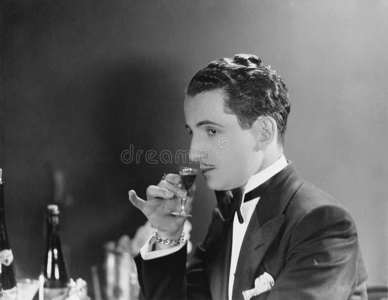 Mens het drinken glas likeur (Alle afgeschilderde personen leven niet langer en geen landgoed bestaat Leveranciersgaranties die d royalty-vrije stock fotografie
