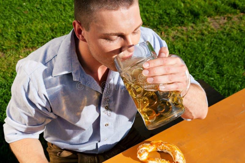 Mens in het drinken Lederhosen bier royalty-vrije stock fotografie