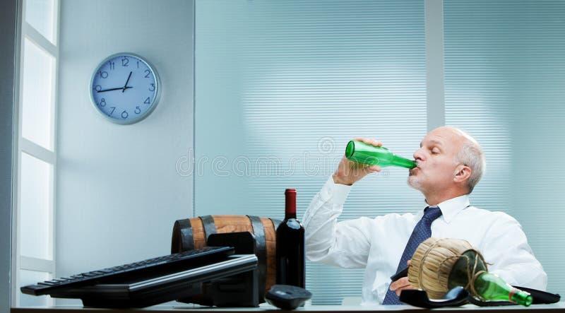 Mens het drinken op de baan royalty-vrije stock afbeeldingen