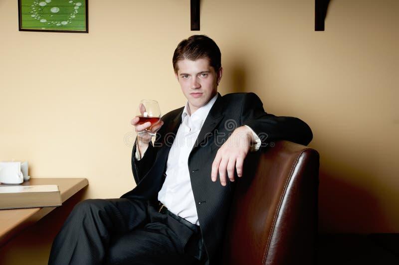 Mens het drinken Whisky stock afbeeldingen