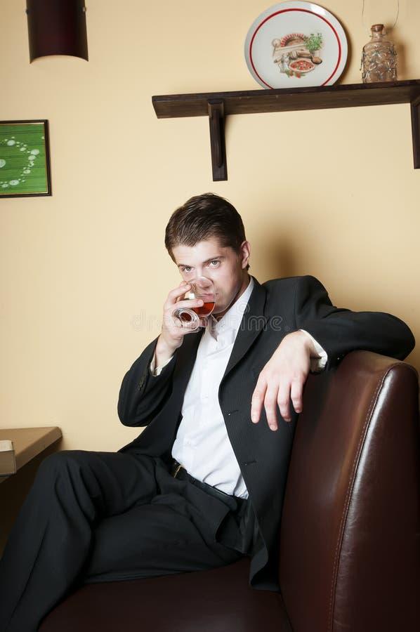 Mens het drinken Whisky stock foto's