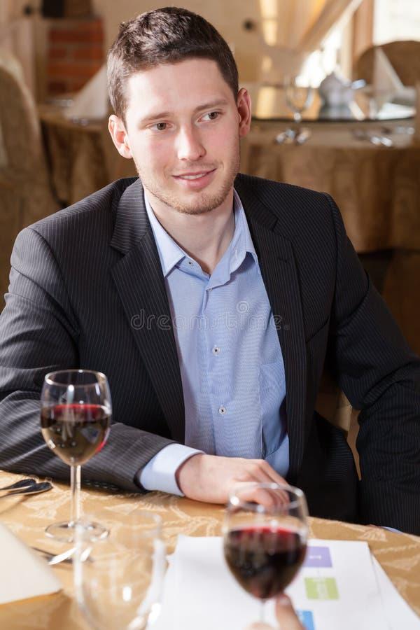 Mens het drinken wijn in een restaurant royalty-vrije stock foto's