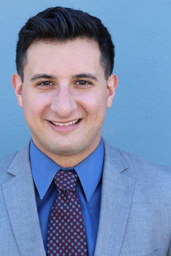 Mens het glimlachen gezichtsuitdrukking Mannelijke emotionele uitdrukking op blauwe achtergrond Conceptenfoto van geluk, tevreden royalty-vrije stock afbeelding