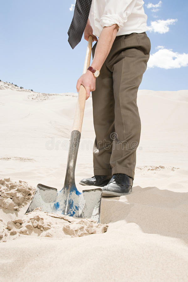 Mens het graven in woestijn stock foto