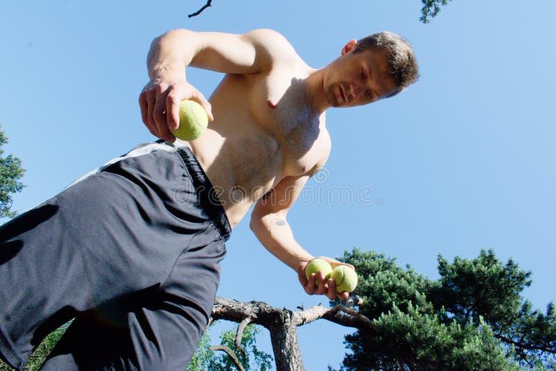Mens het jongleren met met ballen bij het park royalty-vrije stock fotografie