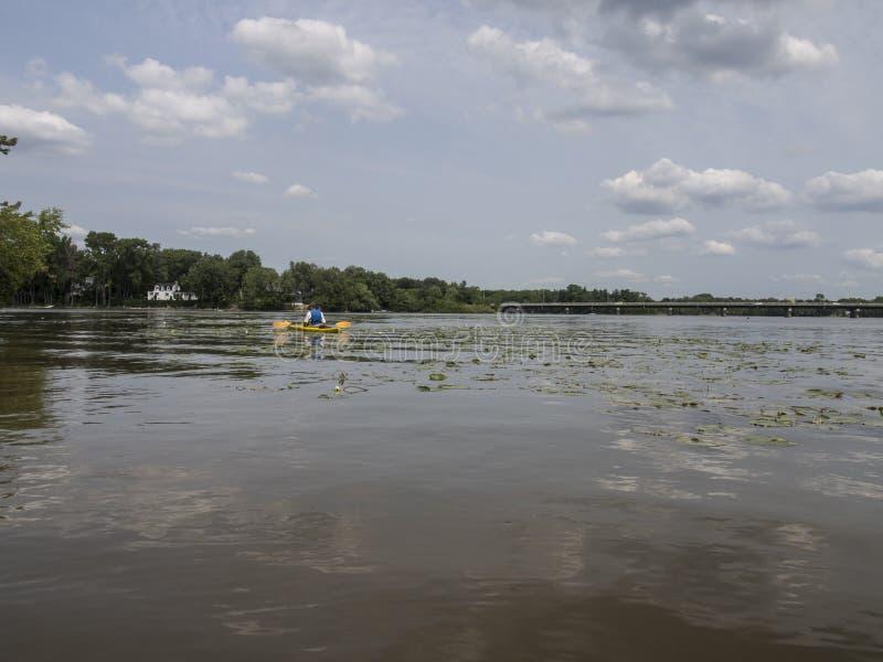 Mens het kayaking op de rivier royalty-vrije stock foto's