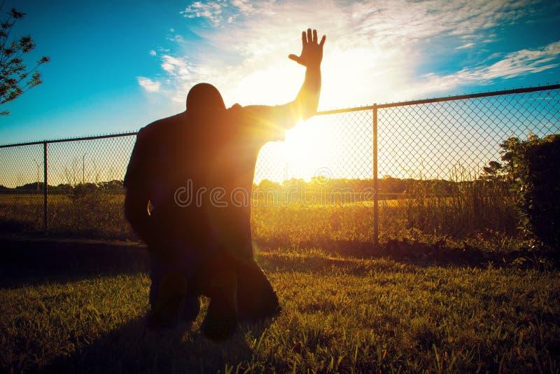 Mens het knielen het bidden in de ochtend