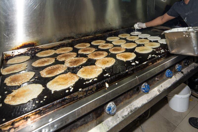 Mens het Koken in een Echt Grungy Vuil Industrieel Restaurant & Comme stock foto