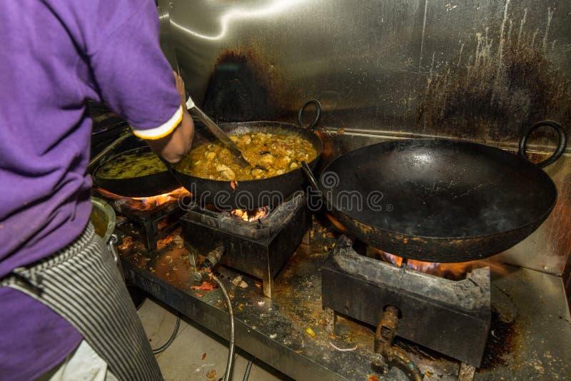 Mens het Koken in een Echt Grungy Vuil Industrieel Restaurant & Comme stock foto's