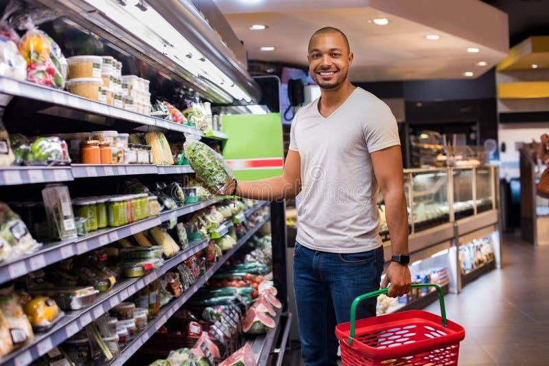 Mens het kopen groenten royalty-vrije stock afbeeldingen