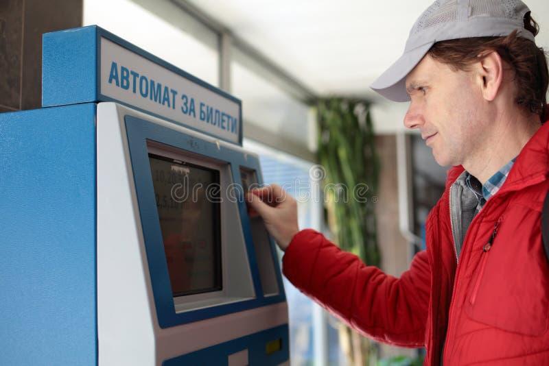 Mens het kopen metrokaartjes in Sofia, Bulgarije stock foto's