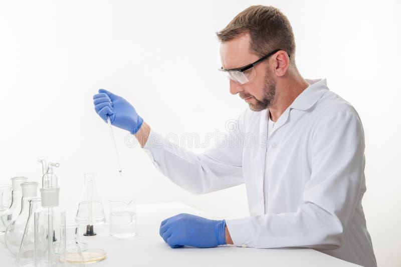 Mens in het laboratorium, mening van een mens in het laboratorium terwijl het uitvoeren van experimenten stock foto's