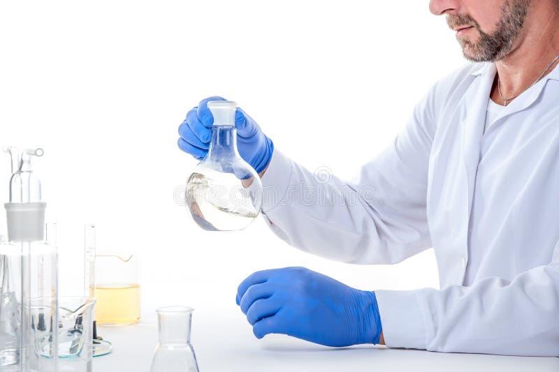 Mens in het laboratorium, mening van een mens in het laboratorium terwijl het uitvoeren van experimenten royalty-vrije stock foto