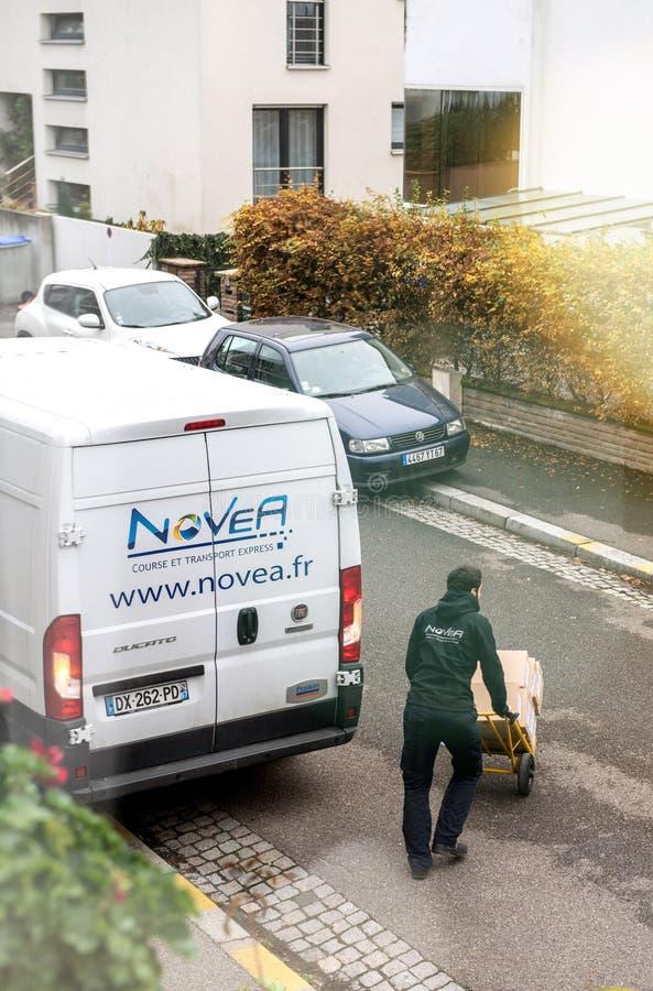 Mens het leegmaken op vervoerkarretje van leveringsvrachtwagen royalty-vrije stock foto's