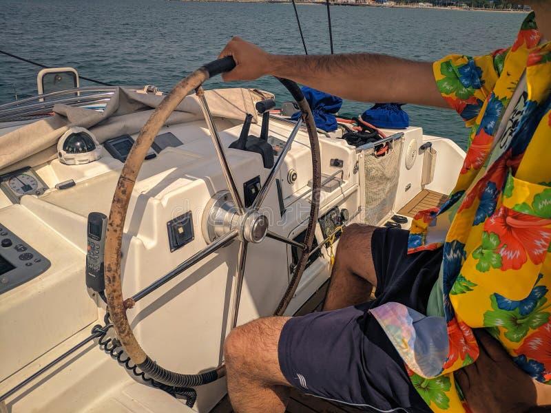 Mens het loodsen boot met gekleurde t-shirt royalty-vrije stock foto's
