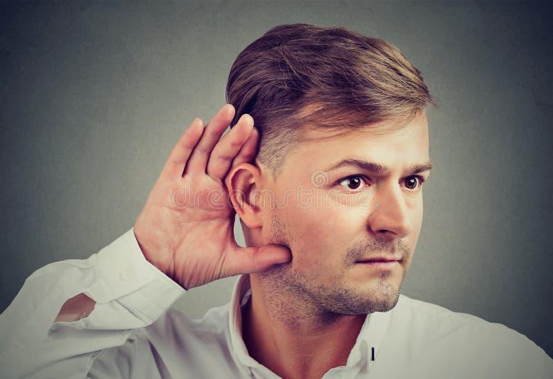 Mens het luisteren roddel met rente royalty-vrije stock fotografie