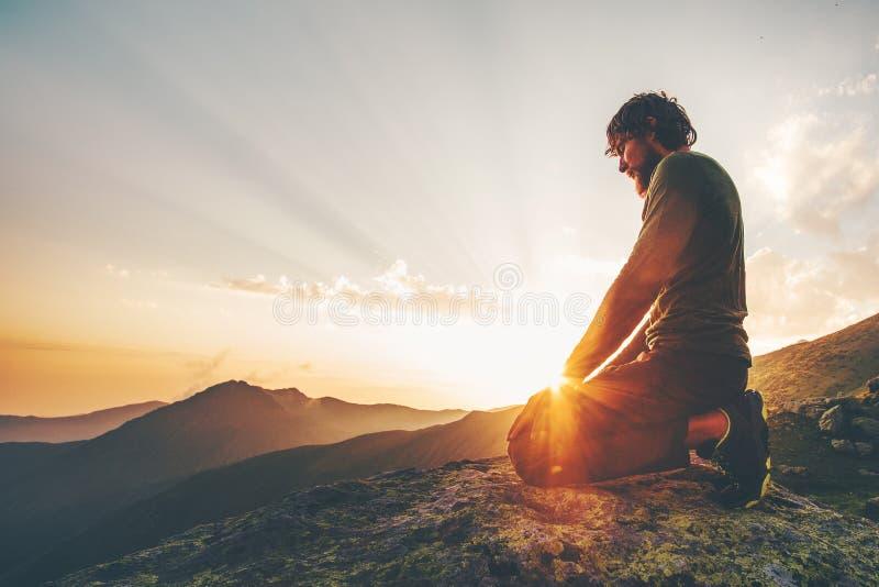 Mens het ontspannen bij de Reislevensstijl van zonsondergangbergen stock afbeeldingen