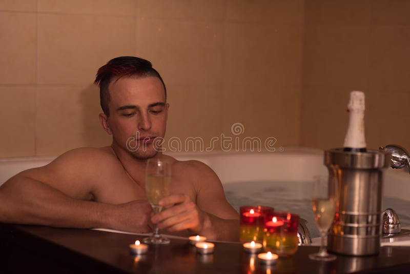Mens het ontspannen in de Jacuzzi stock foto's