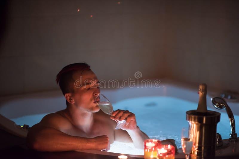 Mens het ontspannen in de Jacuzzi stock afbeelding