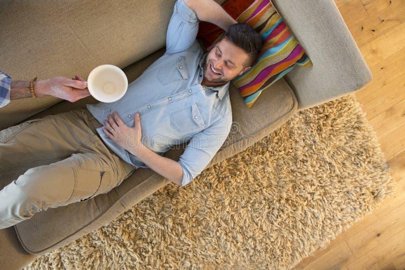 Mens het ontspannen met koffie stock foto