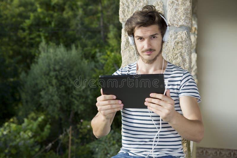 Mens het ontspannen met tabletpc stock foto's