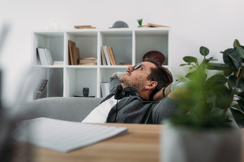 Mens het ontspannen op modern kantoor stock foto's