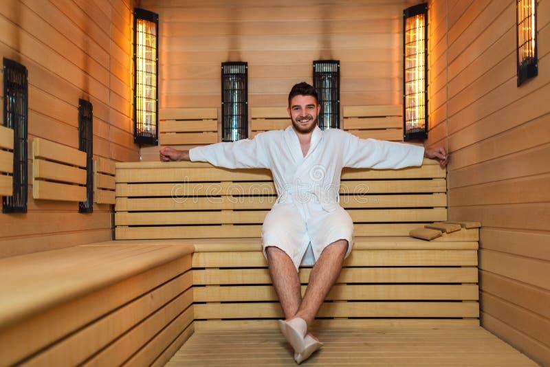 Mens het ontspannen in sauna en het blijven gezond stock foto