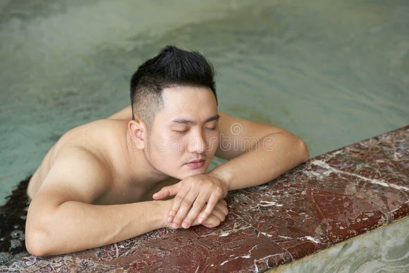 Mens het ontspannen in het water stock foto