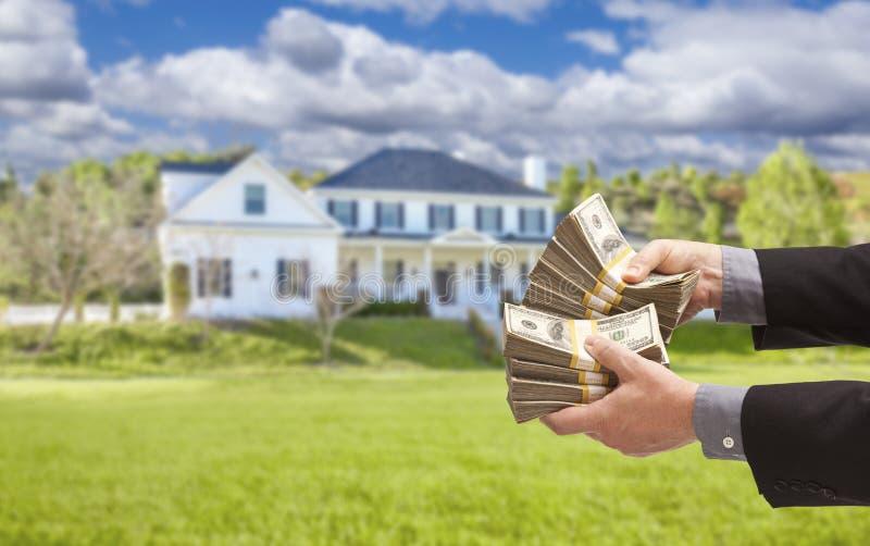 Mens het Overhandigen Honderden Dollars voor Huis royalty-vrije stock afbeeldingen