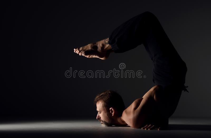 Download Mens Het Praktizeren Asana Van De Yogaschorpioen Stelt Stock Foto - Afbeelding bestaande uit meditatie, actief: 107701208