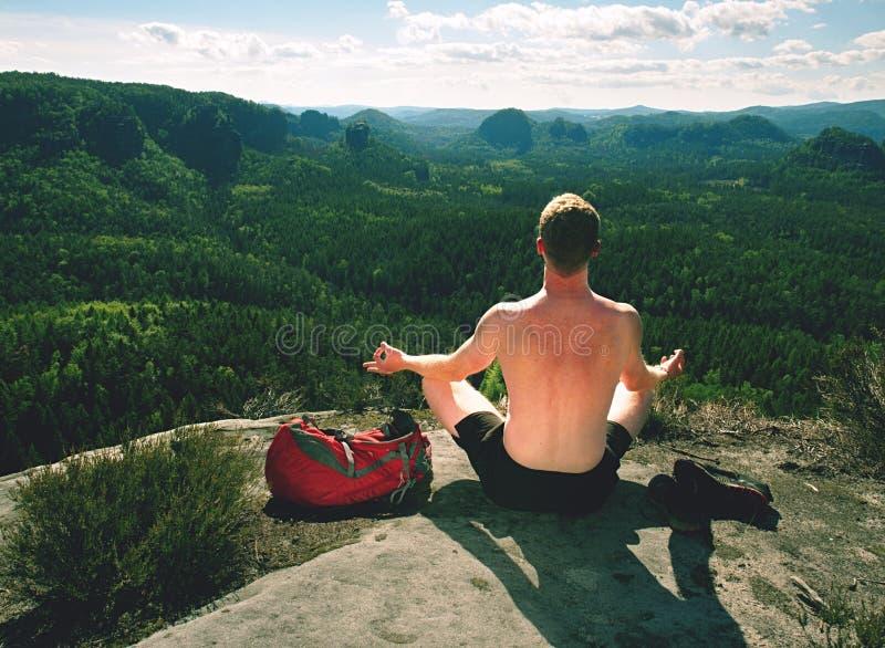 Mens het praktizeren yoga en meditatie op middelbare leeftijd in bergen royalty-vrije stock foto